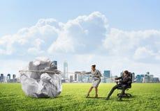 Предприниматели вытягивая с шариком усилия большим скомканным бумаги как творческие способности подписывают Стоковые Фото
