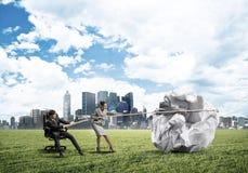 Предприниматели вытягивая с шариком усилия большим скомканным бумаги как творческие способности подписывают Стоковая Фотография