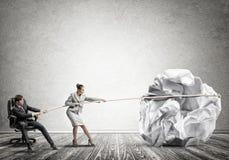 Предприниматели вытягивая с шариком усилия большим скомканным бумаги как творческие способности подписывают Стоковая Фотография RF