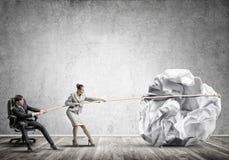 Предприниматели вытягивая с шариком усилия большим скомканным бумаги как творческие способности подписывают Стоковое фото RF