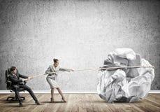 Предприниматели вытягивая с шариком усилия большим скомканным бумаги как творческие способности подписывают Стоковое Фото