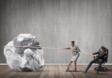 Предприниматели вытягивая с шариком усилия большим скомканным бумаги как творческие способности подписывают Стоковое Изображение