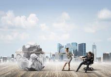 Предприниматели вытягивая с шариком усилия большим скомканным бумаги как творческие способности подписывают Стоковые Изображения