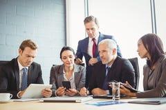 Предприниматели в конференц-зале стоковое изображение