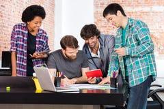 Предприниматели группы лицо одной расы смешивания офиса людей разнообразные стоковое фото rf