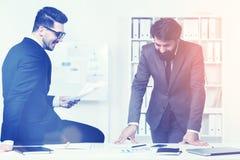 Предприниматели делая обработку документов и усмехаться Стоковые Фотографии RF