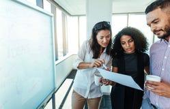 Предприниматели женщины обсуждая бизнес-план в зале заседаний правления Стоковые Фото