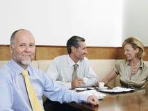 Предприниматели имея встречу в ресторане Стоковое Изображение RF