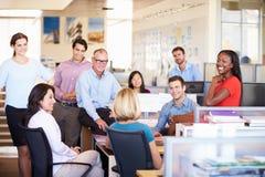 Предприниматели имея встречу в современном открытом офисе плана стоковое изображение rf
