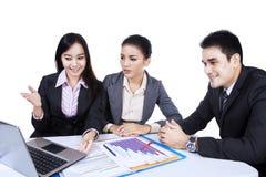 Предприниматели имея встречу стоковые изображения rf