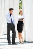Предприниматели имея встречу outdoors с таблетками Стоковое Фото