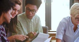 Предприниматели имея неофициальное заседание в офисе сток-видео