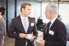 Предприниматели имея обсуждение во время периода отдыха Стоковые Изображения