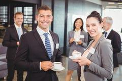 Предприниматели имея обсуждение во время периода отдыха Стоковое Изображение