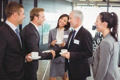 Предприниматели имея обсуждение во время периода отдыха Стоковые Фото