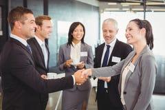 Предприниматели имея обсуждение во время периода отдыха Стоковое Фото