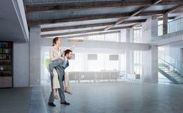 Предприниматели имея потеху в офисе Мультимедиа Стоковое Изображение RF
