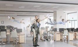 Предприниматели имея потеху в офисе Мультимедиа Стоковая Фотография RF
