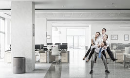 Предприниматели имея потеху в офисе Мультимедиа Стоковое Изображение