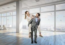Предприниматели имея потеху в офисе Мультимедиа Стоковые Изображения RF