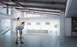Предприниматели имея потеху в офисе Мультимедиа Стоковые Фотографии RF