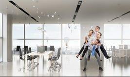 Предприниматели имея потеху в офисе Мультимедиа Стоковые Изображения
