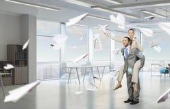 Предприниматели имея потеху в офисе Мультимедиа Стоковые Фото