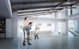 Предприниматели имея потеху в офисе Стоковое Изображение