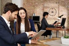 Предприниматели используя планшет Стоковая Фотография RF
