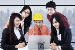Предприниматели и архитектор обсуждая в офисе Стоковое Изображение