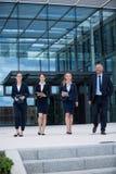Предприниматели идя в предпосылки офиса Стоковые Фотографии RF