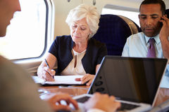 Предприниматели на поезде используя приборы цифров Стоковое фото RF