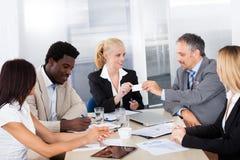 Предприниматели обменивая карточку посещения Стоковая Фотография RF