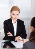 Предприниматели обменивая карточку посещения Стоковые Фотографии RF