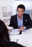 Предприниматели обсуждая в офисе Стоковые Изображения