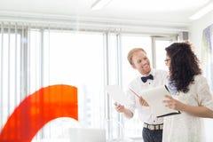 Предприниматели обсуждая в творческом офисе Стоковые Изображения RF
