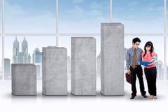 Предприниматели обсуждая деловой документ Стоковое Фото