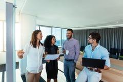 Предприниматели обсуждая идеи дела в офисе Стоковые Изображения