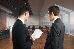 Предприниматели обсуждая контракт Стоковое Изображение RF