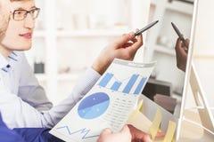 Предприниматели обсуждая отчет Стоковые Изображения RF