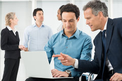 Предприниматели обсуждая проект Стоковое Изображение