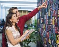 Предприниматели обсуждая работу в встрече Стоковое Изображение