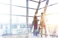 Предприниматели обсуждая multiexposure контракта Стоковое Изображение RF