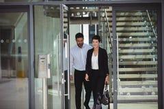 Предприниматели покидая офис Стоковая Фотография