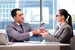 Предприниматели получая приз награды в офисе стоковое фото