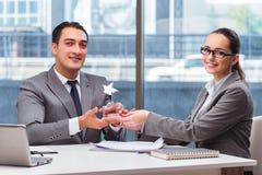 Предприниматели получая приз награды в офисе Стоковое Изображение