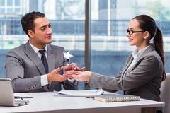 Предприниматели получая приз награды в офисе Стоковые Фотографии RF