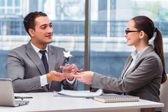 Предприниматели получая приз награды в офисе Стоковые Изображения RF