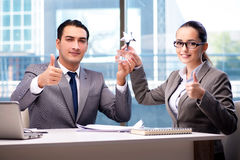 Предприниматели получая приз награды в офисе Стоковое фото RF