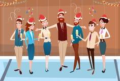 Предприниматели празднуют с Рождеством Христовым и счастливые Нового Года команды офиса бизнесменов шляпы Санты иллюстрация вектора
